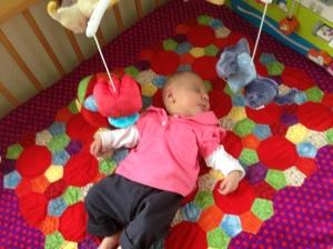 Floortje kan nu lekker slapen en spelen op haar mooie kleed!!!!